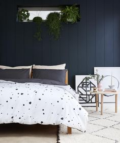 Charcoal on one side and spotted on the other, you can mix and match this duvet cover with the whole Undercover range. Undercover is made from 50% Tencel® (Eucalyptus fibres) and 50% cotton. Buy online now!