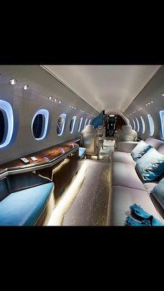 l'avion privé de luxe, avec un salon avec grand canapé et coussins