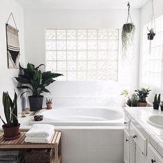 90's 올드한 스타일은 그대로 놔두고 초록이들이랑 캐비넷 페인팅으로만 분위기 바꾼 화장실