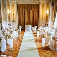 Wedding ceremony at the Mahen Theater with floral decoration from the AMMI flower studio. Květinové studio AMMI z Brna vyzdobí vaši svatbu a zařídí celý květinový servis. :)
