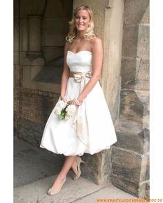 Weiße romantische schlichte Brautmode aus Satin