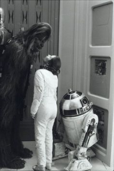 Chewbacca, Carrie Fisher (Princess Leia) and - Behind the scenes of Star Wars Princesa Leia, Carrie Fisher, Chewbacca, Star Wars Art, Star Trek, Harison Ford, Cultura Nerd, The Empire Strikes Back, Love Stars