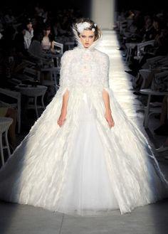 Les robes de mariée de la haute couture: Chanel http://www.vogue.fr/mode/news-mode/diaporama/les-robes-de-mariee-de-la-haute-couture/8928/image/554990#!defile-chanel-haute-couture-automne-hiver-2012-2013