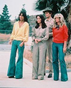 """Sena do filme """"As Panteras"""" de 1976. Era comum nos anos 70 o uso de pantalonas. Note a camisa do rapaz aberta até o peito (compare)..."""