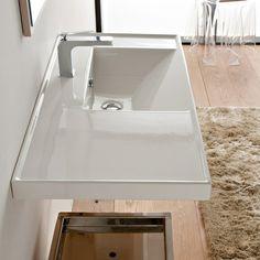 petite salle de bains avec lavabo Scarabeo et table appoint transparente