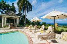 Terrasse sympa autour de la piscine chauffée