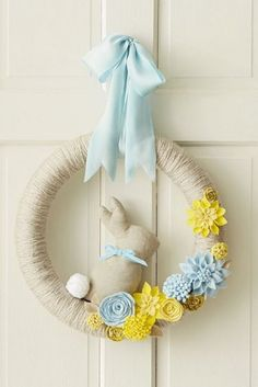 DIY spring wreath Easy instructions and free printable Hallmark templates to make this beautiful, yarn-wrapped wreath with felt flower attachments. Add the optional bunny to get a hop on your Easter decorating! Easter Wreaths, Holiday Wreaths, Holiday Crafts, Diy Spring Wreath, Diy Wreath, Wreath Ideas, Felt Crafts, Easter Crafts, Easter Decor
