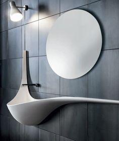 Ungewöhnlicher organisch geformter Waschtisch mit rundem Spiegel