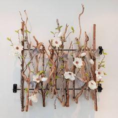Decoratie voor aan de muur, gemaakt met brocante kronkeltakken en witte magnolia. www.decoratiestyling.nl