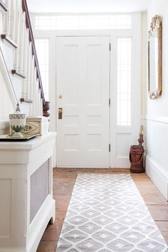 Create an entryway that's light and airy with a statement-making rug from our Bunny Williams Collection from Dash & Albert. This indoor/outdoor rug showcases a bold, attention-grabbing vintage pattern in a versatile duotone color combo. Style At Home, Creating An Entryway, Entry Way Design, Dash And Albert, Up House, Hallway Decorating, Decorating Ideas, Carpet Design, Indoor Outdoor Rugs