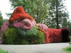 A hedge garden gnome? Gnome Garden, Garden Art, Garden Ideas, Gnome House, Garden Sculptures, Topiaries, Miniature Houses, Fairy Gardens, Dream Garden