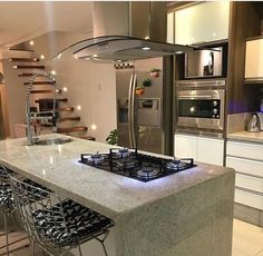 Design de cozinha com ilha central Kitchen Decor, Luxury Kitchen Design, Kitchen Inspirations, Home Decor Kitchen, Kitchen Style, Home Kitchens, Kitchen Island Design, Kitchen Remodel, Home Decor
