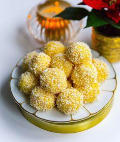 Släng ihop de godaste saffransbollarna på ett kick. Åh va dom är goda och enkla att göra. Många av er kommer säkert känna igen receptet, det är nämligen samma recept som mina mycket omtyckta kokossnöbollar. Jag tillsatte bara saffran i smeten och det blev en absolut fullträff! Vill du göra dessa i god tid så funkar det alldeles utmärkt att frysa in bollarna, lägg sedan på ett fat och låt tinas i rumstemperatur. Ca 24 st saffransbollar Bollarna: 200 g riven kokos 1 burk sötad kondenserad…