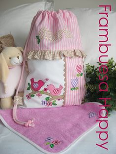 WWW.FRAMBUESAHAPPY.COM no dejes de visitarnos. Be Happy!! Cute Quilts, Baby Quilts, Vanity Bag, Zipper Pouch Tutorial, Diy Bags Purses, Vide Poche, Sewing Lessons, Patchwork Bags, Patch Quilt