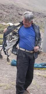 Eduardo probándose el blazer que se compró hace más de treinta años atrás y nunca pudo estrenar. Nunca es demasiado tarde.