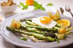 manger sainement, oeufs, assiette plate, légumes, menu équilibré, diner sain, alimentation équilibrée
