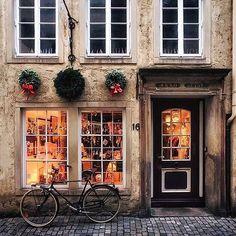 Una tienda en Bremen, Alemania. Vía @verandamag : @eskimo . . #decorgram #deconavidad #ideasnavidad #ideasdeco #beautifulphoto #fachadas #fachadasbonitas #beautifulwindows #beautifulcolors #bremen #decoración #interiorismo #housedecor #decorideas
