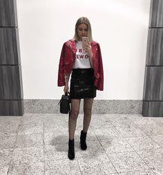 jaqueta vermelha couro sintético, t-shirt girl power, vinyl skirt, meia arrastão, bota preta / red leather jacket, girl power t-shirt, fishnet, black boots.