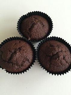 Jeg har bagt SÅ mange chokolade muffins i mit liv – nogle bedre end andre… Men endelig har jeg fundet den helt perfekte opskrift på svampede, lækre chokolade muffins ? I får den …
