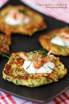 Placuszki z cukinii / Zucchini latkes (recipe in Polish) Healthy Recepies, Vegan Recipes, Cooking Recipes, Good Food, Yummy Food, Pinterest Recipes, Zucchini Pancakes, Zucchini Latkes, Potato Pancakes