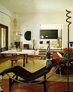 Le Corbusier: The Rock Star of Furniture Design We revel in the perennially popular work of the enfant terrible of design, Le Corbusier Bauhaus Interior, Bauhaus Furniture, Le Corbusier Architecture, Interior Architecture, Chinese Architecture, Futuristic Architecture, Apartment Design, Apartment Living, Apartment Therapy