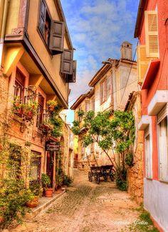 Günaydın! Bugün Ayvalık ve Cunda'nın Arnavut kaldırımlı sokaklarındaki eski ve taş Rum evlerini keşfe çıkıyoruz. www.kucukoteller.com.tr/cunda-adasi-otelleri.html?utm_content=bufferdf414&utm_medium=social&utm_source=pinterest.com&utm_campaign=buffer