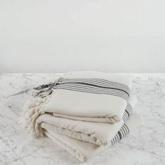Nagyon praktikus és rendkívül sokoldalú: nem csak szaunatörölközőnek, de otthoni használatra, strandra, vagy akár sálként és asztalterítőként is használható. Minőségi otthoni textilek.