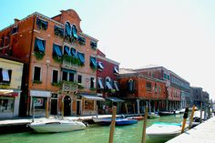 Murano et ses maisons colorées, immanquables. Retrouvez tous les incontournables de Venise sur notre blog !