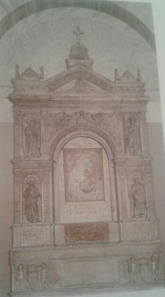 Tabernáculo de mármol.  Creado por Andrea Bregno en el año 1474. Su arquitectura recurre claramente al esquema del arco del triunfo clásico. Ubicadi en el altar mayor de Santa Maria del Popolo, Roma, Italia.