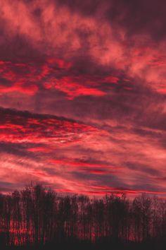 Fiery sky before sunrise in Berlin, Germany Burgundy Aesthetic, Red Aesthetic Grunge, Sky Aesthetic, Aesthetic Colors, Aesthetic Pictures, Aesthetic Vintage, Aesthetic Collage, Aesthetic Backgrounds, Aesthetic Iphone Wallpaper