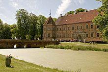 Voergaard Slot, Jylland - Slottets ældste del kan dateres til 1481 og det yngste til 1590. I 1510 overdrog væbneren Jens Andersen Voergaard til biskoppen på Børglum Kloster, Stygge Krumpen.