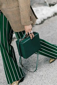 Street style inspiration from New York Fashion Week Fashion Details, Look Fashion, Womens Fashion, Green Fashion, Fashion Clothes, Fashion Brand, Fall Fashion, Fashion Week, New York Fashion