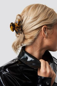 Resin Look Hairclips Braun Clip Hairstyles, Hairdos, Minimalist Fashion, Minimalist Style, Gwyneth Paltrow, Hairspray, Fashion 2020, Hair Clips, Indigo