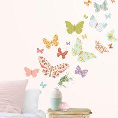 Vinilo infantil Mariposas Patchwork.  Mariposas de vinilo de delicado y romántico aire vintage con estampados patchwork.  Precioso diseño con estampados de rosas, gardenias, zigzags, topos, puntillas, triángulos y estrellas en sutiles colores rosas, malvas, turquesas, melocotones, verdes, y amarillos.