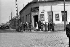 Határ étterem a Határ út és a Baross utca sarkán. A kép forrását kérjük így adja meg: Fortepan / Budapest Főváros Levéltára. Levéltári jelzet: HU.BFL.XV.19.c.10 Budapest, Utca, Hungary, Street View, People, People Illustration, Folk