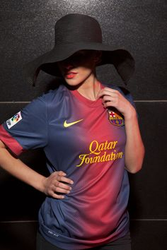 FC Barcelona girl wearing the home kit plus a typical Spanish hat bringing shadow into the image. Spanish Hat, Football Shirt Designs, Jersey Fashion, Football Girls, Team Shirts, Girl With Hat, Liverpool Fc, Soccer Players, Girls Wear