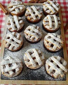 Hayırlı gecelerr 🙌 En en sevdiklerimden elmalı turta 🍎🍏 Bu tarifi tart kalıbında da kurabiye şeklinde de yapıyorum. Her iki şekilde de çok güzel oluyor. Bir de muffin tepsisinde yapmak istedim. Böyle de süper oldu 👌 Hem de görüntü olarak çok sevdim 😍 Porsiyonluk turta olmuş oldu 😃 Gevrek hamuruyla iç malzemesinin güzelliği birleşince bir harika oluyor 😋 Yumuşak hiç sevmem 😌 Bu tarif her zaman yüzümü güldürdü 😀 Ayrıca ne zaman bu tarifi paylaşsam malzemeler listesinde yazmamasına…