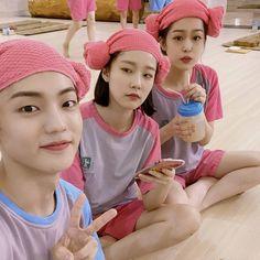 "Mr.Son_보현 on Instagram: ""@hyunjin_01z 이현진 보고 있냐?"" Fandom, The Twenties, Crochet Hats, Face, Twenty Twenty, Toddler Girls, Knitting Hats, The Face, Faces"