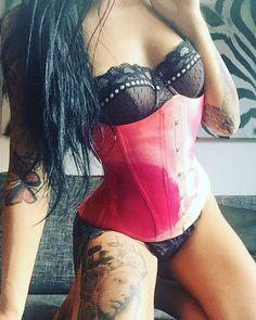 Love this corsett from @fantasticrubber ❤️ #corsett #fantasticrubber #latex #rubber #yummigummi #tattoomodel #fetishmodel #bellaisadora