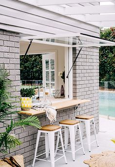 屋内とテラスをつなぐカウンターテーブル付きの跳ね上げ式の窓