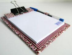 Bloquinho de anotações com prancheta, confeccionado em tecido 100% algodão, em técnica de cartonagem; acompanha caneta.    MEDIDAS: 10CM DE LARGURA X 14CM DE ALTURA R$ 13,20