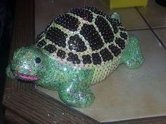 Biete euch eine Schildkröte mit Pailletten gesteckt in Körper grün der Panzer gelb / braun.