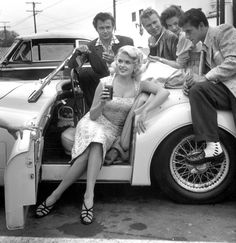 wehadfacesthen: Young Hollywood in the Fifties: 13 Jun Los Angeles, California. USA —- L-R: Lance Fuller, Jayne Mansfield (seated in car), John Smith, Natalie Wood and Bob Fuller at a drive-in restaurant. —- Image by © Michael Ochs Archives/Corbis Jayne Mansfield, Vintage Hollywood, Classic Hollywood, In Hollywood, Hollywood Glamour, Sophia Loren, Brigitte Bardot, Playboy, Josie Loves