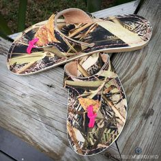 Camo and Pink Flip Flops Camo Shoes, Country Girl Style, Country Girls, Camo Outfits, Country Outfits, Pink Camouflage, Camouflage Clothing, Pink Camo Wedding, Pink Flip Flops