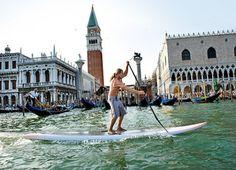 Da staunen die Gondoliere nicht schlecht: Stehpaddler erobern den Markusplatz und die Kanäle von Cannaregio