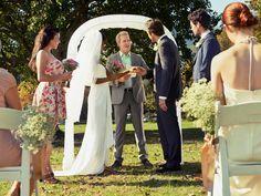 Sie suchen einen Trauspruch, der Sie als Paar widerspiegelt? Einen Vers, der alles über Ihre Liebe aussagt? Dann haben wir ein paar tolle Ideen für Ihre Hochzeit.