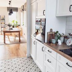 Chata posprzątana, obiad zjedzony - można zacząć ten dzień 😜 nawet słońce nam wyszło 😃☀️ Jestem ciekawa, czy u Was też zawsze sobota jest… Kitchen Island, Kitchen Cabinets, Instagram, Home Decor, Living Room, Island Kitchen, Decoration Home, Room Decor, Cabinets