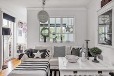 Between baroque and country chic: white painted furniture