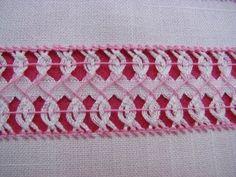 Deshilado que se puede apreciar por los dos lados de la tela. La utilizo para adornar servilletas, cortinas, franjas de rebozos y mantelería en general. Tela...