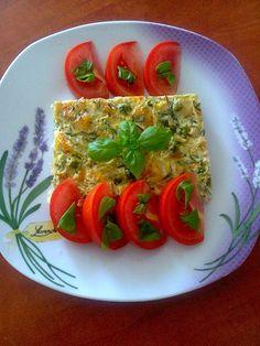 Zvířátkový den - Slaný koláč. Květák (uvařit), cuketa ( nastrouhat, osolit, nechat vypotit, pořádně vymačkat vodu), hrášek, mrkev, celer, petržel, 3 vajíčka, kopr, česnek a 40 dkg sýru. Vše nastrouhat, zamíchat, dát na plech a upéct.